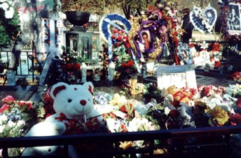 Tributes at Elvis' grave this January 2001